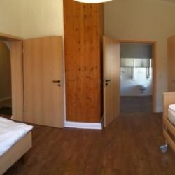 Pflegebett im rolligerechten Zimmer im Gruppenhaus Ostseehof für Menschen mit Behinderung