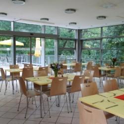Speiseraum im rolligerechten Gästehaus Luisenpark in Erfurt für Menschen mit Behinderung