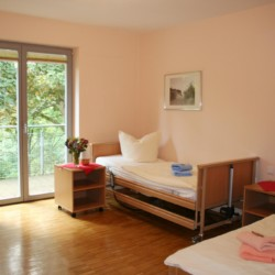 Pflegebett im rolligerechten Zimmer im Gästehaus Luisenpark in Erfurt für Menschen mit Behinderung