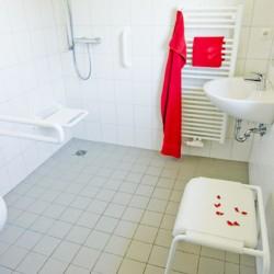 rolli-gerechtes Bad im barrierefreien deutschen Gruppenhaus Ferienhof Kieler Bucht