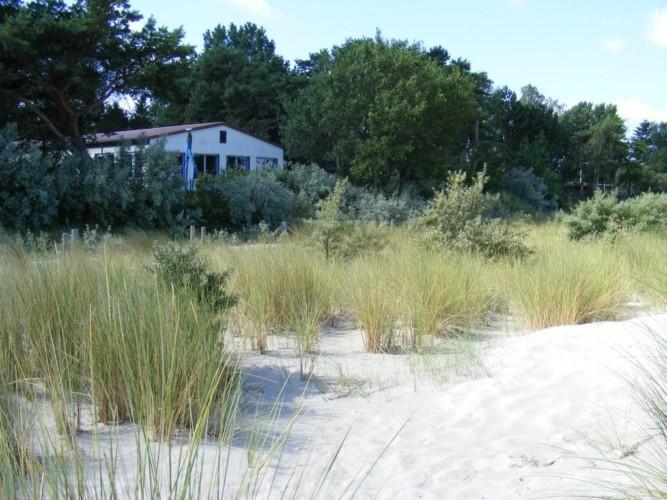 Das deutsche Freizeithaus Greifswalder Bucht an der Ostsee mit Sandstrand.