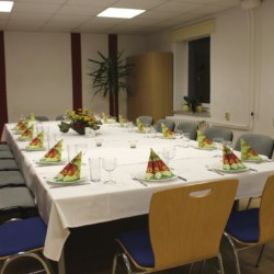 Der Speisesaal im deustchen Gruppenhaus Greifswalder Bucht für Kinder und Jugendfreizeiten.