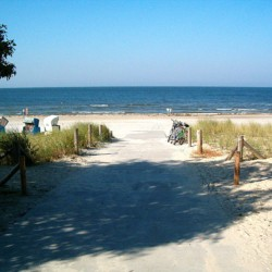 Der Weg zum Sandstrand am Gruppenhaus Greifswalder Bucht in Deutschland.