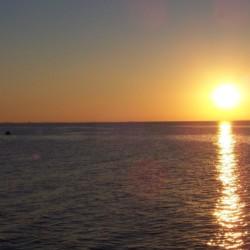 Sonnenuntergang am Meer am Freizeitheim Greifswalder Bucht in Deutschland.