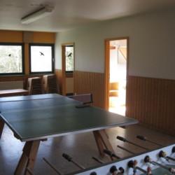 Tischtennis im Gruppenraum im deutschen CVJM Gruppenheim Marwede für Kinder und Jugendfreizeiten.