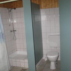 Sanitäre Anlagen mit Dusche und WC im deutschen CVJM Freizeitheim Marwede.