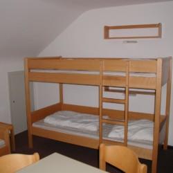 Mehrbettzimmer mit Etagenbett im Gruppenhaus Jugendhaus Monschau in Deutschland.