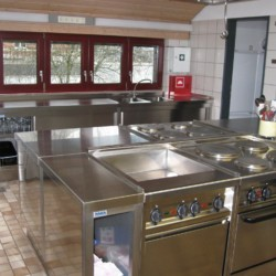 Große Küche im Freizeithaus Jugendhaus Monschau für barrierefreie Gruppenreisen in Deutschland.