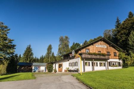 Die Außenansicht des Gruppenhauses Bergheim Riedelsbach in Deutschland.