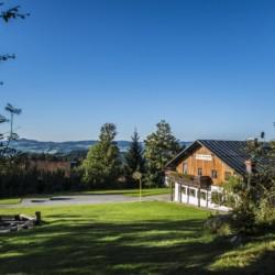 Das Gruppenhaus Bergheim Riedelsbach in Deutschland von außen.