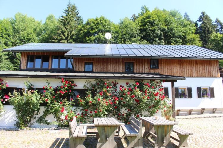 Der Draußenbereich am Gruppenhaus Bergheim Riedelsbach in Deutschland.