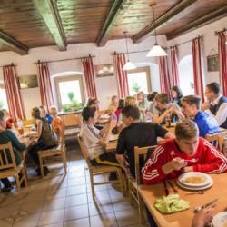Der Speiseraum im Gruppenhaus Bergheim Riedelsbach in Deutschland.