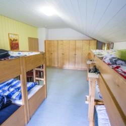 Ein Zimmer im deutschen Gruppenhaus Bergheim Riedelsbach in Deutschland.