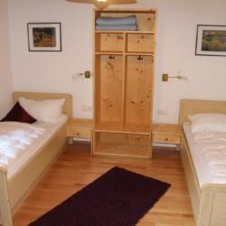 Ein Zweibettzimmer im deutschen Gruppenhaus Bergheim Riedelsbach.