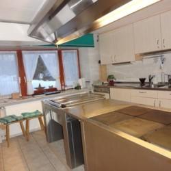Der Küchenbereich im Gruppenhaus Bergheim Riedelsbach in Deutschland.