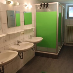Die Sanitäranlagen im Gruppenhaus Bergheim Riedelsbach in Deutschland.