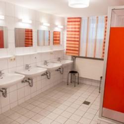 Die Badezimmer im deutschen Bergheim Riedelsbach.