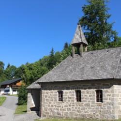 In der Nähe des Gruppenhauses Bergheim Riedelsbach steht eine Kirche.