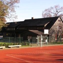 Das deutsche Freizeitheim Schotten in Hessen mit Sportfeld.