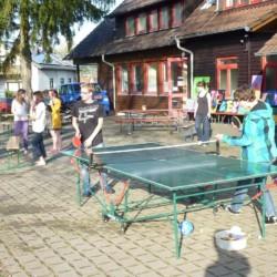Outdoor Tischtennis am Freizeithaus für Kinder und Jugendliche Schotten in Deutschland.