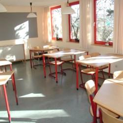 Gruppenraum mit Sitzgruppen im Ferienheim Schotten in Deutschland.