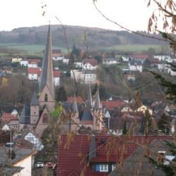 Historische Altstadt zu Füßen des deutschen Freizeitheims Schotten.