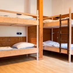 Ein großes Schlafzimmer im deutschen christlichen Freizeitheim Seeste.