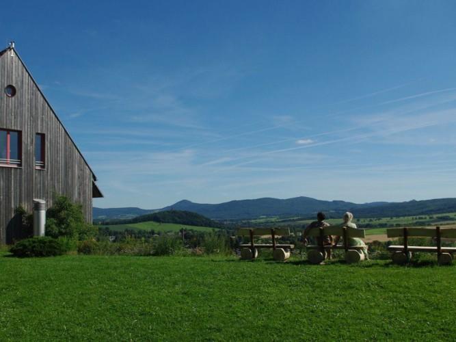 Ausblick auf die Berge am Gruppenhotel Zittauer Gebirge in Deutschland.