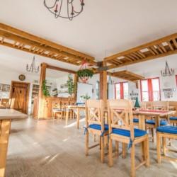 Speisesaal im barrierefreien Gruppenhotel Zittauer Gebirge in Deutschland für Kinder und Jugendfreizeiten.