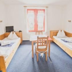 Ein Doppelzimmer im deutschen Gruppenhotel Zittauer Gebirge für Kinder und Jugendfreizeiten.