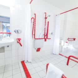 Die barrierefreien sanitären Anlagen mit Dusche, WC und Waschbecken im Freizeithaus Gruppenhotel Zittauer Gebirge in Deutschland.