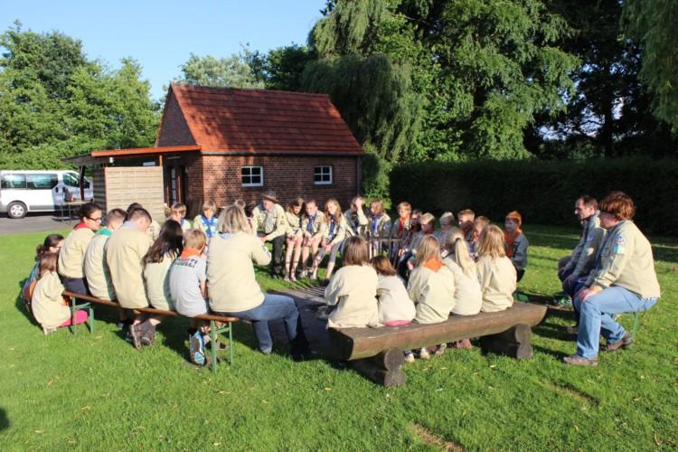 Sitzgruppe an der Feuerstelle am deutschen Freizeitheim Settrup in Niedersachsen.