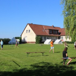 Große Spielwiese mit Volleyball und Zelten am Freizeitheim Settrup in Deutschland.