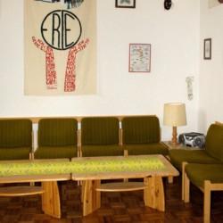 Ein Gruppenraum mit Sesseln, Kamin und CD-Player im Freizeitheim Settrup für Kinder und Jugendreisen in Deutschland.