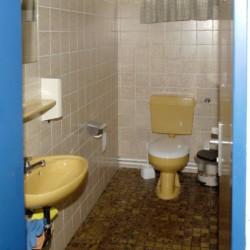 Sanitäre Anlagen mit WC und Waschbecken im deutschen Freizeitheim Settrup für Kinder und Jugendreisen.