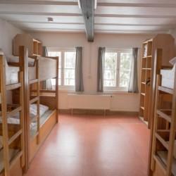 Ein Zimmer mit Stockbetten im Gruppenhaus Waldmichl in Deutschland.