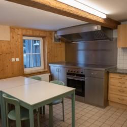 Der Küchenbereich im Gruppenhaus Waldmichl in Deutschland.