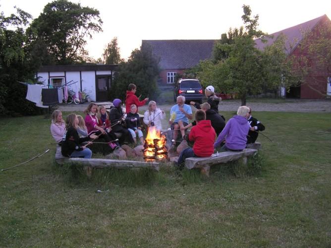 Lagerfeuer im dänischen Freizeitheim Boll´s Lejrskole auf der Insel.