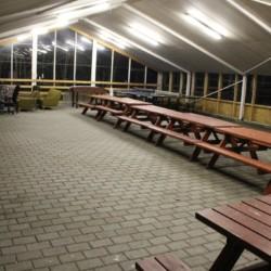 Die überdachte Aktivitätshalle im dänischen Freizeitheim Boll´s Lejrskole auf der Insel.
