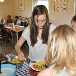 Mahlzeitenvorbereitung im dänischen Freizeitheim Boll´s Lejrskole auf der Insel.