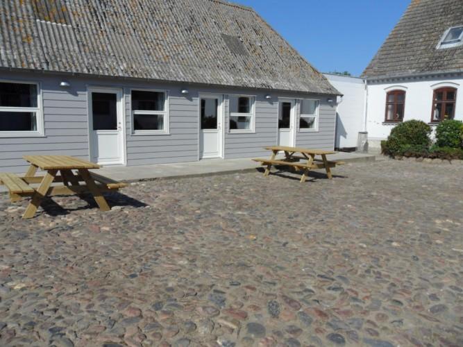 Sitzbänke auf dem Hof des Gruppenheims Ristingegaard in Dänemark.