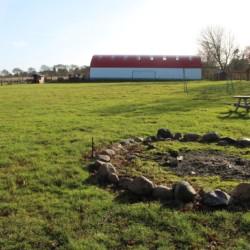 Lagerfeuerstellen auf der großen Wiese des Freizeitheims Ristingegaard in Dänemark.