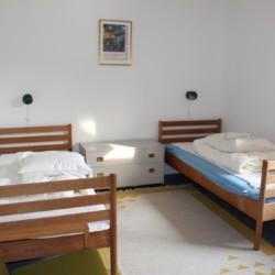 Zweibettzimmer im Freizeitheim Ebeltoft Strand in Dänemark.
