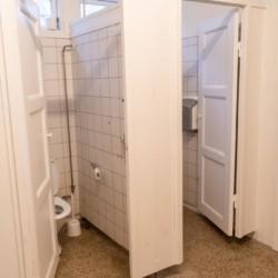 Sanitäre Anlagen mit WC im Gruppenhaus für Freizeiten Ebeltoft Strand in Dänemark.