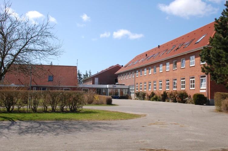 Das große Gruppenhaus Solgarden Efterskole in Dänemark für Freizeitgruppen.