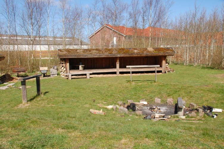 Schutzhütten im Birkenwald am Gruppenhaus Solgarden Efterskole in Dänemark.