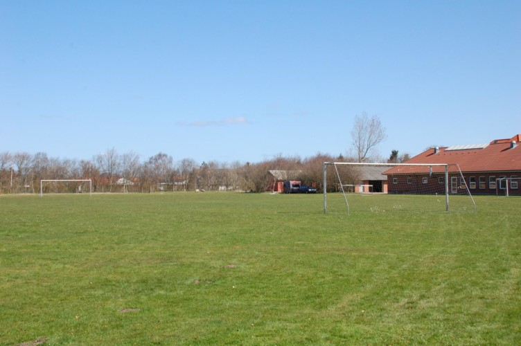 Das Fußballfeld am Freizeithaus Solgarden Efterskole in Dänemark.