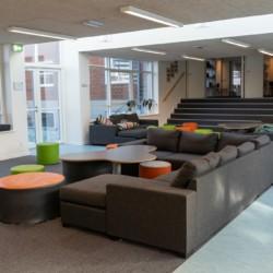 Sitzgruppen im Gemeinschaftsraum im Freizeithaus Solgarden Efterskole in Dänemark.