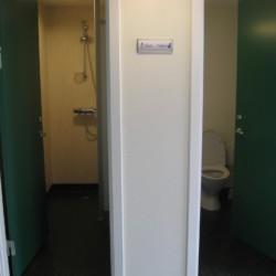 Die sanitären Anlagen des Gruppenhauses Solgarden Efterskole in Dänemark.