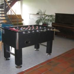 Kicker und Klavier im Gruppenhaus Solgarden Efterskole in Dänemark.